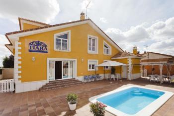 Alquier de Casa en Nava de la Asunción, Segovia para un máximo de 19 personas con 6 dormitorios